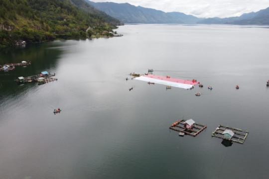 Aceh Tengah kibarkan bendera raksasa di Danau Laut Tawar