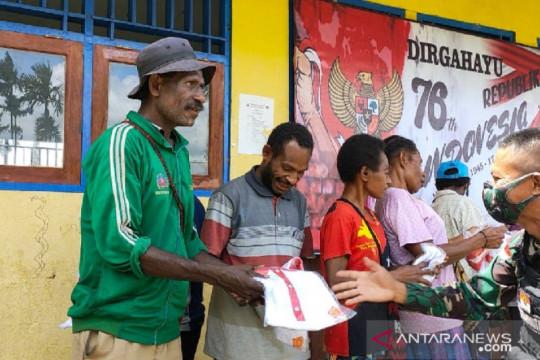 Satgas TNI bagi kaos Merah Putih untuk warga di perbatasan RI-PNG