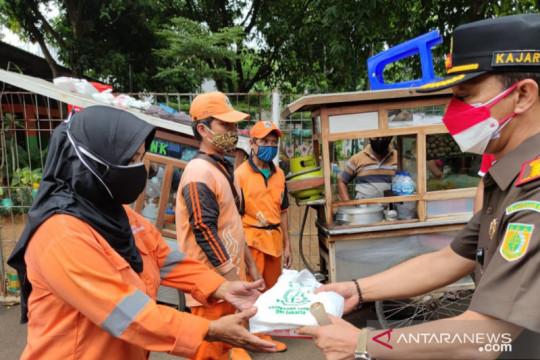 Kejati DKI gelar baksos bantu UMKM dan sebar makanan kepada warga