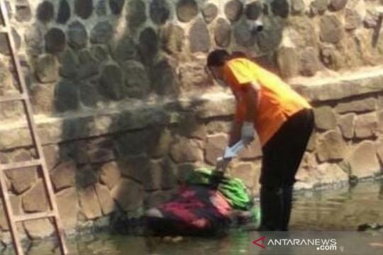 Polisi menduga jasad perempuan terbungkus selimut di Bandung dibunuh