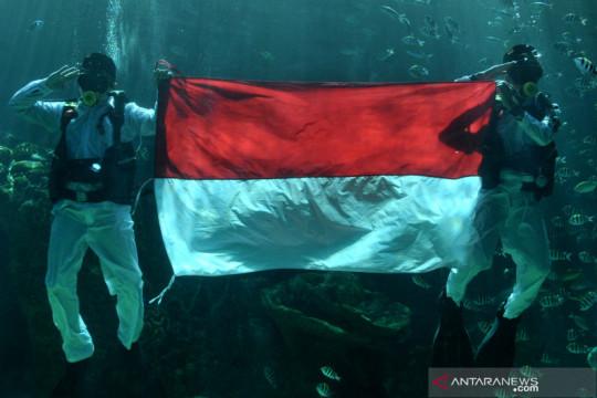 Pengibaran Bendera Merah Putih di bawah air di Bali