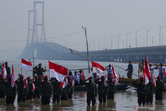 Upacara bendera di dekat Jembatan Suramadu