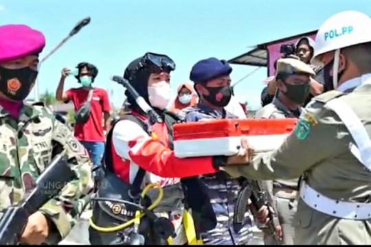 Penyelam Lantamal VI kibarkan bendera merah putih di dasar laut