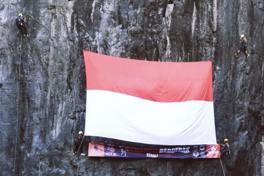 Eiger kibarkan Merah Putih di goa, tebing, dan laut