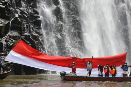 Komunitas wisata Subulussalam kibarkan bendera raksasa di air terjun