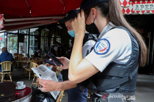 Pemeriksaan kepatuhan dan kartu kesehatan pelanggan restoran di Paris