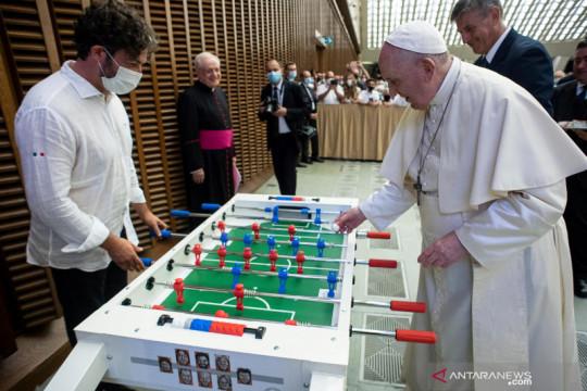 Paus Fransiskus bermain Foosball