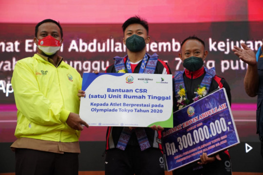 Plt Gubernur Sulsel serahkan bonus Rahmat Erwin Abdullah