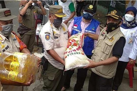 Korban kebakaran di Matraman terima bantuan sembako