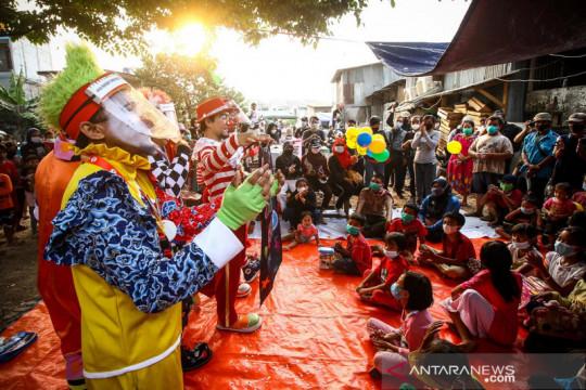Badut menghibur anak-anak korban kebakaran Mampang