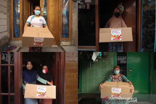 Warga bantu warga melalui paket bantuan sembako gotong royong
