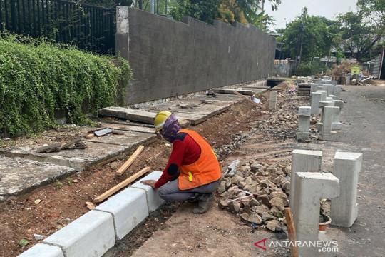 Pemkot Jakbar perbaiki trotoar di Kembangan