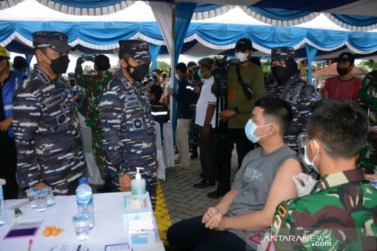 TNI-AL vaksinasi COVID-19 di atas KRI Semarang di Dumai-Riau