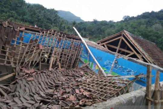 Hujan deras sebabkan ruang kelas MTS Yaspida Sukabumi ambruk