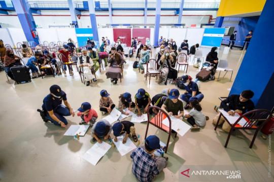 Anak-anak Afghanistan diajak menggambar setibanya di Roma