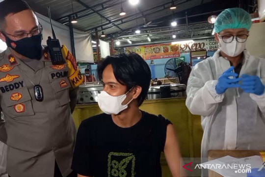 Polsektro Setiabudi bidik PKL untuk ikut vaksinasi pada malam hari