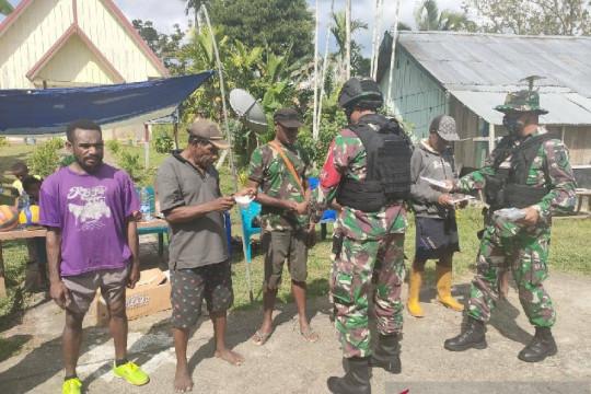 Satgas TNI bagikan masker untuk warga perbatasan cegah COVID-19