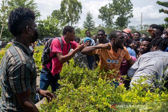 Warga Haiti adu jotos berebut amplop uang tunai sumbangan