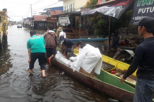 Banjir landa Kapuas Hulu, pasien lansia dirujuk ke RSUD gunakan sampan