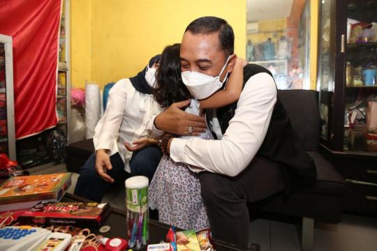 Pelukan hangat Eri Cahyadi untuk anak yatim terdampak COVID-19