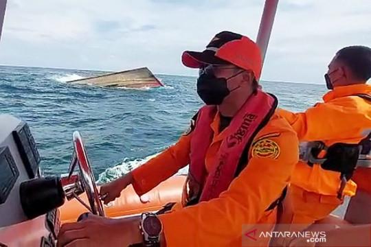 Basarnas temukan bangkai kapal yang diduga KM Putri Ayu 3