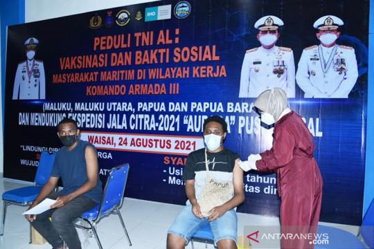 TNI AL mengerahkan dua kapal perang vaksinasi warga Raja Ampat