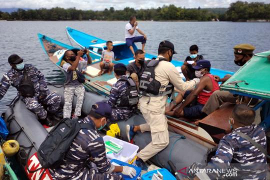 """Fasharkan TNI AL Manokwari """"jemput bola"""" vaksinasi nelayan di laut"""