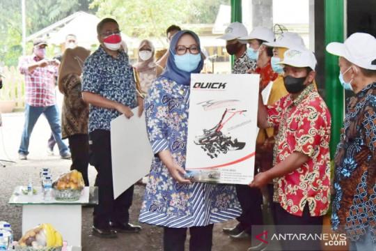 Ade Yasin beri 153 mesin pertanian untuk kelompok tani di Bogor