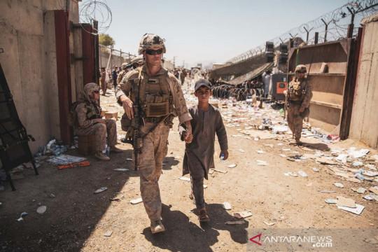 Prajurit Marinir AS kawal anak pengungsi di Bandara Internasional Hamid Karzai
