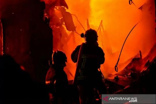 Sebanyak 14 mobil damkar padamkan kebakaran di Kapuk Raya