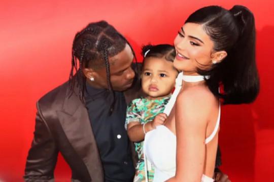 Belikan bus sekolah untuk anak, Kylie Jenner dan Travis Scott dikritik