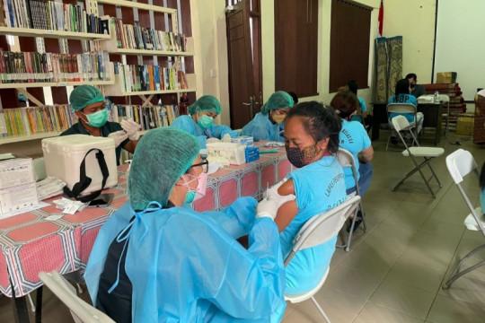 Ratusan WBP di Lapas Perempuan Bali ikuti vaksinasi tahap I dan II