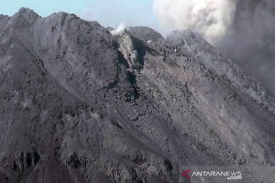 Awan panas guguran meluncur dari Gunung Merapi sejauh dua kilometer