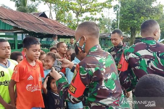 Satgas TNI bagikan susu dan makanan gratis untuk anak di perbatasan