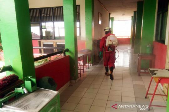 Sudin Gulkarmat Jaktim semprot disinfektan dua sekolah jelang PTM