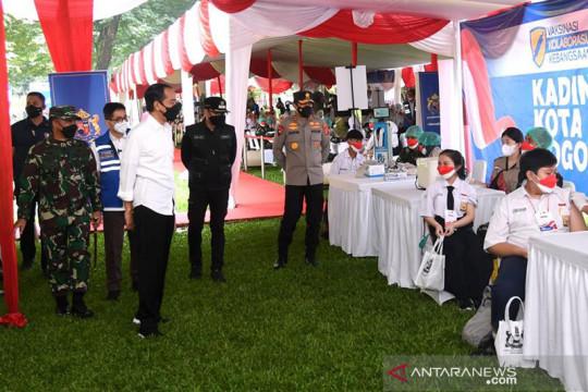 Jokowi tinjau vaksinasi remaja di Kebun Raya Bogor