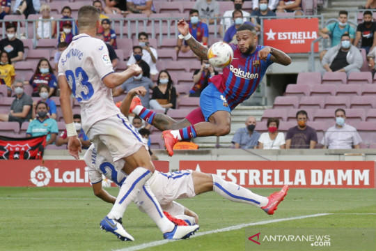 Gol Memphis Depay bantu Barcelona atasi perlawanan Getafe 2-1