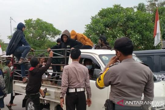 Belasan Bonek dibubarkan polisi di Stadion Wibawa Mukti Cikarang