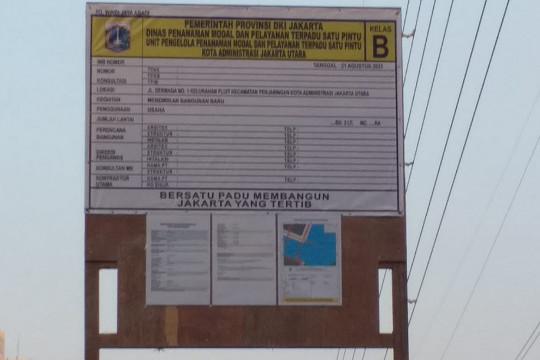 Papan IMB gudang peralatan kapal Muara Angke undang perhatian warga