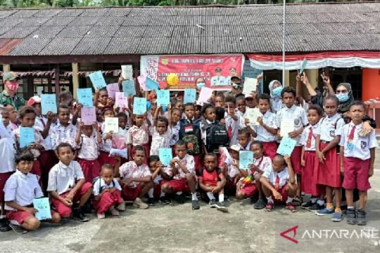 Satgas TNI bagikan perlengkapan sekolah di perbatasan RI-PNG