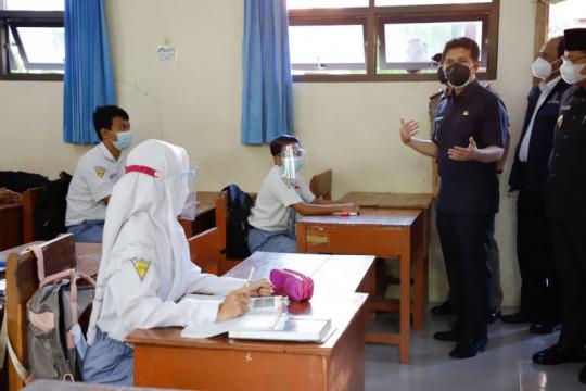 Wagub Jatim tinjau pelaksanaan sekolah tatap muka pertama di Lamongan