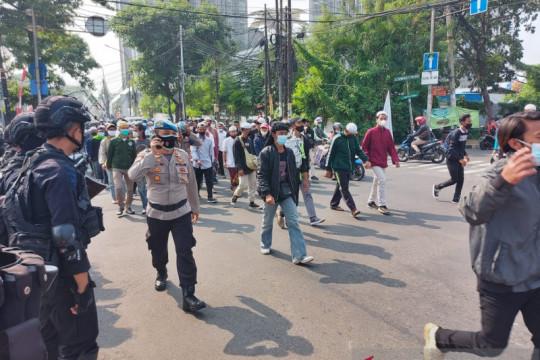 Senin, empat polisi diserang massa pendukung Rizieq Shihab