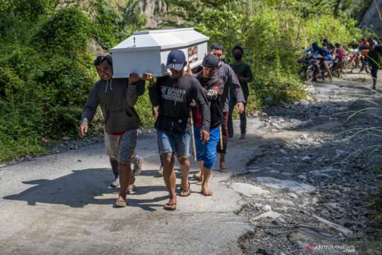 Jalan tertutup material longsor, warga terpaksa usung peti jenazah hingga 25 kilometer