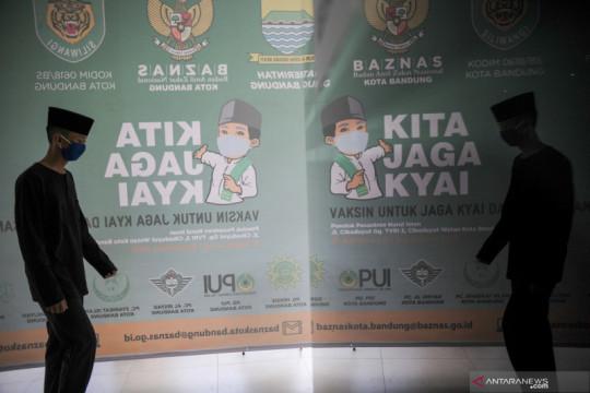 Vaksinasi COVID-19 bagi pemuka agama dan santri di Kota Bandung