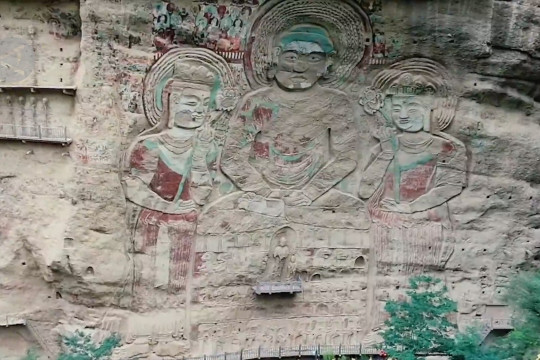 Mengamati patung relief Buddha raksasa di China barat laut