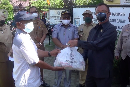 Paket sembako dan obat-obatan untuk seribu warga isoman di Banjarmasin