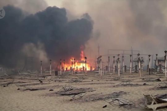 Kebakaran hutan menghancurkan sebuah resor pantai di Sisilia