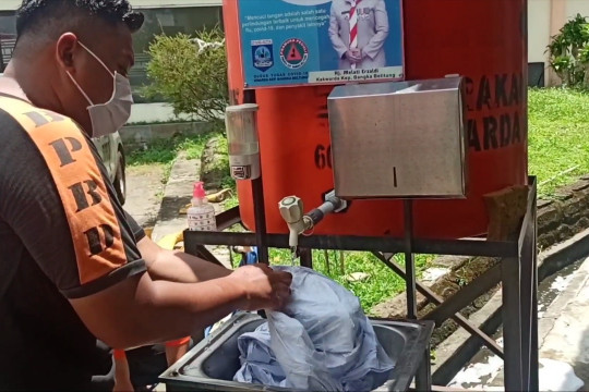 Petugas cuci ulang hazmat agar tetap bisa jalankan pemakaman