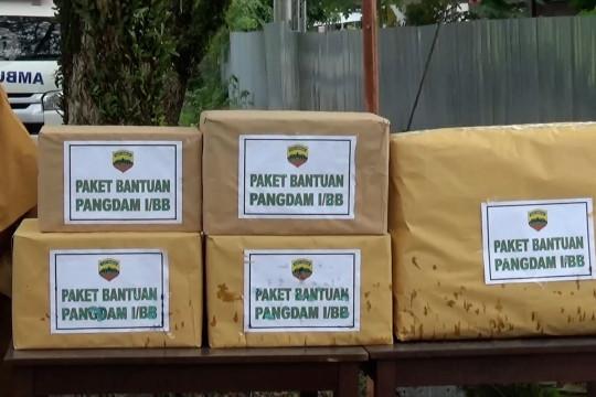 Pangdam I/BB serahkan bantuan logistik di isoter kampung nelayan Padang