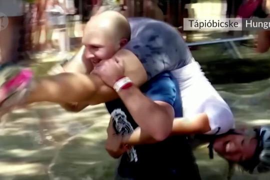 Warga Hongaria bersaing dalam kontes gendong istri